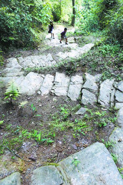 九道拐是唐崖土司城内通往外界的一条密道,修建在坡度接近45度角的贾家沟山坡上。