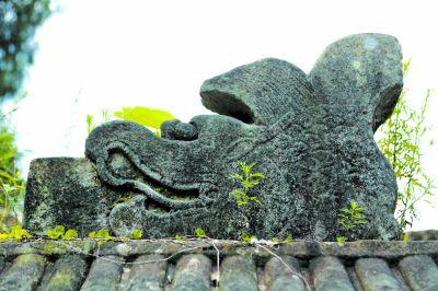 墓葬采用石棺石雕,其石料均来自城内采石场的砂岩。