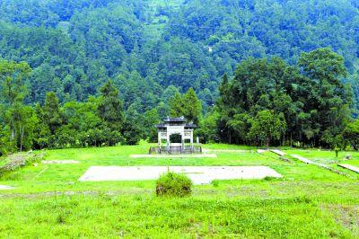 衙署遗址只剩下房基遗存,明朝竖立的牌坊保存完好。